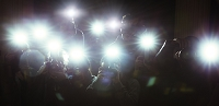 パパラッチのカメラのフラッシュ
