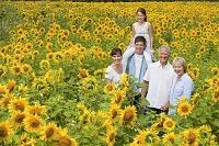 ひまわり畑にいる家族