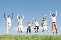 ジャンプする3世代日本人家族