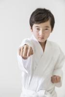 突きのポーズをする日本人の男の子