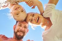 笑顔の外国人家族