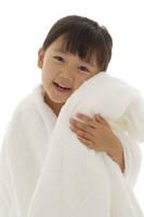 真っ白いタオルに包まれる女の子