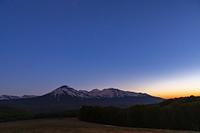青森県 星空と八甲田連峰