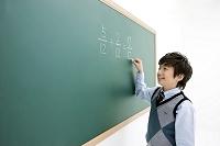 黒板に書く少年