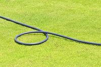 芝生と水をまくホース