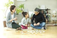 孫と百人一首で遊ぶ日本人のシニア夫婦