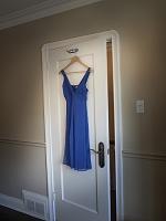 ドレスのハンガーが吊るされたドア