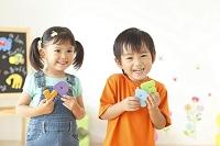 アルファベットのパズルで遊ぶ男の子と女の子