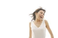 白いワンピース姿の若い日本人女性