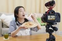 動画配信をする日本人女性