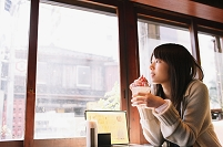 喫茶店でジュースを飲む日本人女性