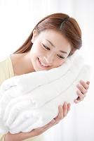 タオルを持つ日本人女性