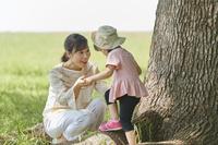 公園で遊ぶ母親と娘