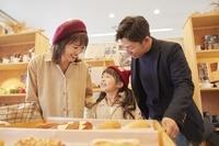 ベーカリーでパンを選ぶ日本人家族