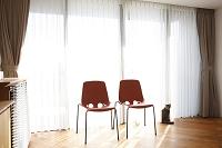 窓辺の2脚の椅子と猫