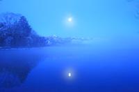 北海道 氷の湖面に映る月光と気嵐