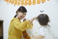 ハロウィンを楽しむ日本人親子