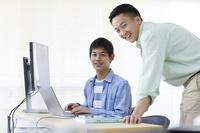 プログラミングを習う中学生
