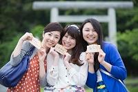 絵馬を見せる若い日本人女性