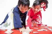 かるた取りをする日本人の子供達