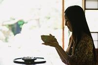 抹茶を飲む女性