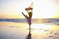 浜辺で踊る外国人女性