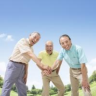 円陣を組むシニアの日本人男性達