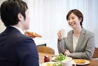 朝食をとる日本人夫婦