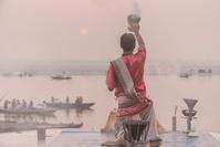 インド ベナレス ガンジス川 祈りの儀式