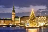 ドイツ ハンブルク アルスター湖に浮かぶクリスマスツリー