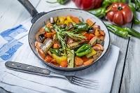 フライパンに盛んだ野菜料理
