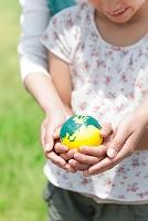 地球儀を持つ女の子の手