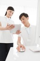 タブレットを見る日本人男女