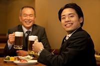 ビールを持つ笑顔の日本人ビジネスマン