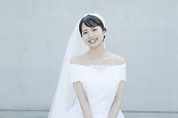 ベールをつけたウェディングドレス姿の若い日本人女性