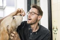 犬と暮らす外国人男性