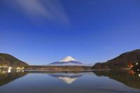山梨県 精進湖から見る夜の富士山と星の光跡