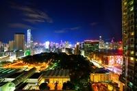 ライトアップの香港のクリスマスとタワー