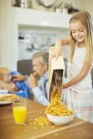朝食を準備する女の子
