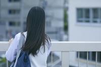 柵に手をかける女子高生