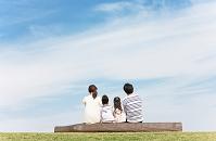 寄り添って座っている日本人家族の後姿