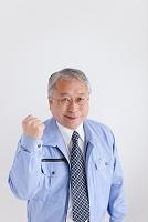 ガッツポーズする中高年ビジネスマン