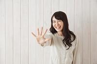 5本の指を出す日本人女性