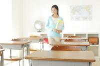 先生と机が沢山並んだ教室