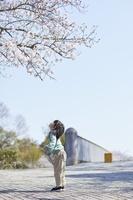 花見をする日本人女の子