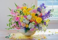 窓辺の大きな花瓶いっぱいの花