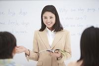 日本人女性教師と小学生の生徒