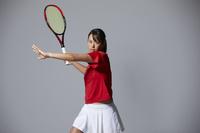 ラケットを構える女子テニス選手