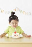 バースデーケーキを前に喜ぶ女の子
