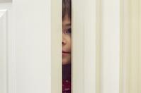 カーテンから覗き見る女の子